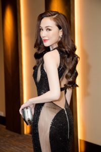 Kelly Nguyễn gợi cảm với váy ren. Cô hot girl gần đây gây chú ý