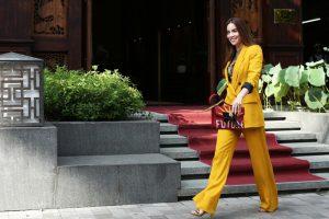 Hà Hồ với thời trang áo vest màu vàng khá tôn da trong buổi ra mắt thời trang của NTK Công Trí