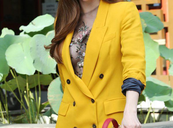 Hà Hồ diện bộ đồ màu vàng vô cùng nổi bật với chiếc túi xách hàng hiệu vô cùng sành điệu