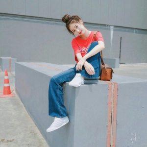 Áo phông kết hợp với quần jean tạo nên phong cách trẻ trung ,năng động