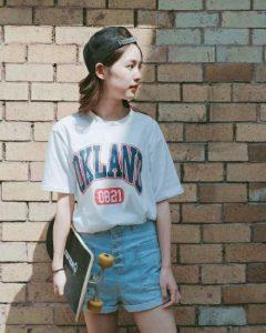 Áo phông với quần short ngắn giúp cô nàng ăn gian chiều cao tối đa