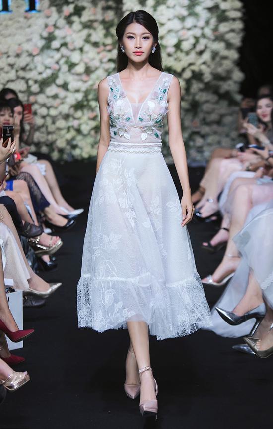 Gam màu chủ đạo trong bộ sưu tập là những cung bậc cảm xúc ngọt ngào của pastel hay vẻ thanh lịch, nhẹ nhàng của sắc trắng.