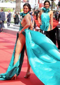 Bộ đầm xẻ tứ bề của nữ diễn viên Abigail Lopez.