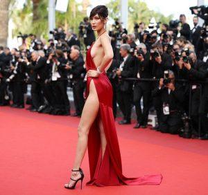 Năm ngoái, chân dài gợi cảm Bella Hadid cũng khiến dân tình xôn xao khi mặc chiếc đầm xẻ cao hun hút lên thảm đỏ.