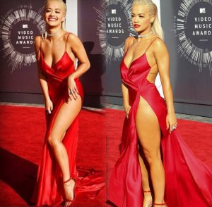 Bộ cánh của Rita Ora trông sexy chẳng kém gì bộ đầm đỏ của Bella Hadid.