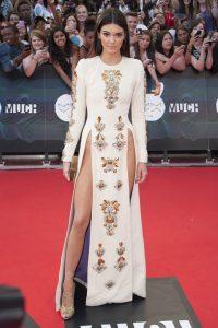 Kendall Jenner cũng từng trải nghiệm thiết kế xẻ cao đến tận hông.