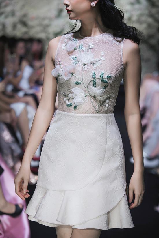 Hottrend váy đuôi cá cũng được đưa vào một phần chiếc váy này