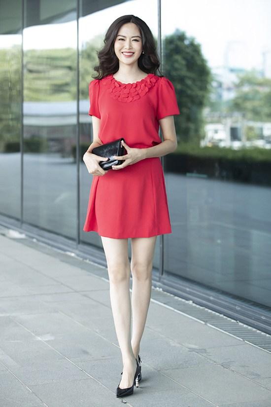 Những kiểu váy hợp mốt mùa thu được Hoa hậu Thu Thủy gợi ý chọn đồ tôn nét trẻ trung  ở lứa tuổi 42