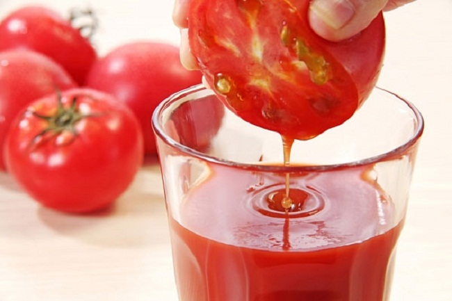 Se khít lỗ chân lông bằng nước ép cà chua