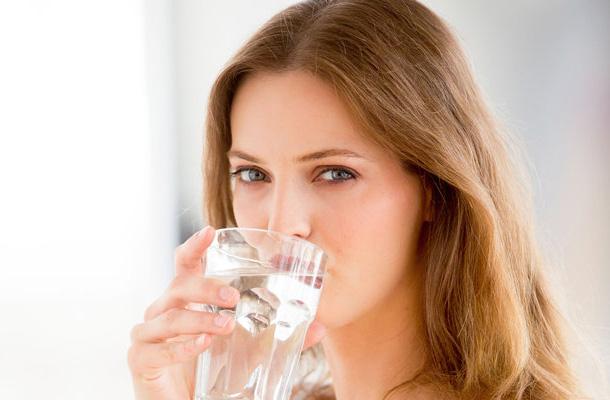 Uống nhiều nước, ăn hoa quả -cách dưỡng da mùa đông