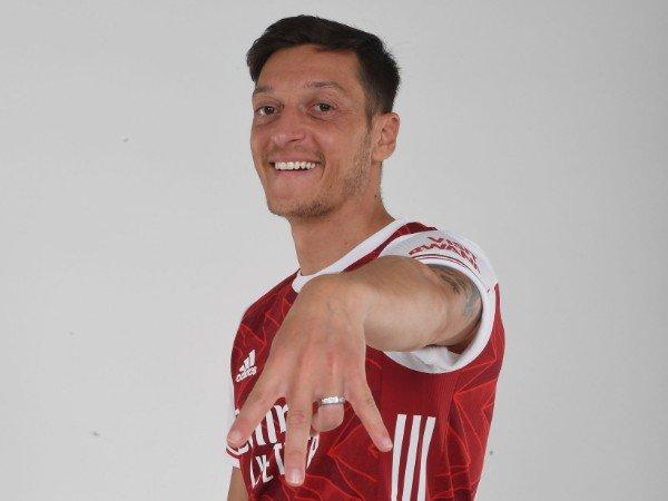 Tin bóng đá tối 25/12: Ozil chịu giảm lương, sẵn sàng chia tay Arsenal